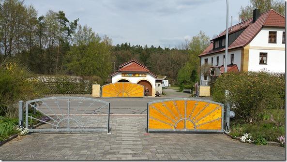 ein Tor mit ein Tor ohne Bretter